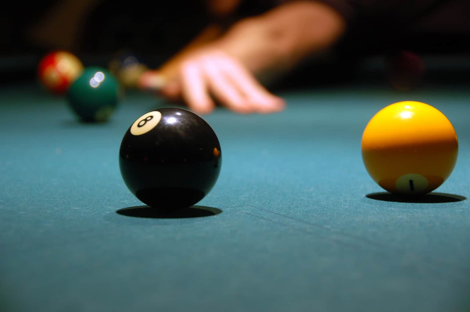 play billiards (pool)